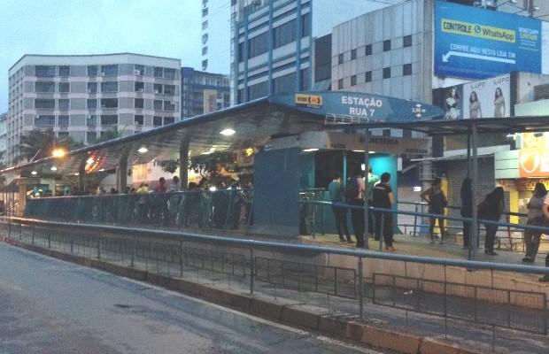 Crime ocorreu na plataforma de ônibus em que vítima trabalha (Foto: Sílvio Túlio/G1)