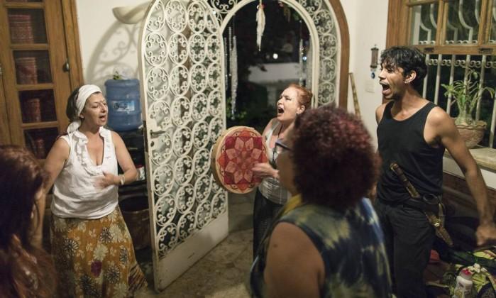 Grupo canta e dança antes de entrar na tenda, onde acontece o 'ashuat' - Leo Martins / Agência O Globo