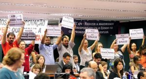No Congresso, sociedade civil repudia projeto que reduz maioridade penal