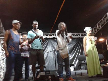 Imagem da intervenção do grupo Nós KÁ – Núcleo de Estudantes Pretas e Pretos da UFBA na festa da calourada da UFBA 05 de março de 2015, em protesto à calourada racista da Faculdade de Arquitetura da UFBA