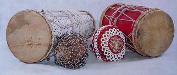 Nos-terreiros-de-candomblé-os-três-atabaques-utilizados-são-chamados-de-_rum_-_rumpi_-e-_le_