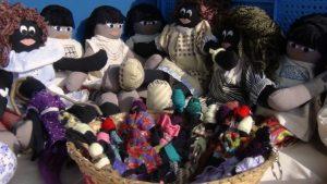 Professora confecciona bonecas negras e indígenas