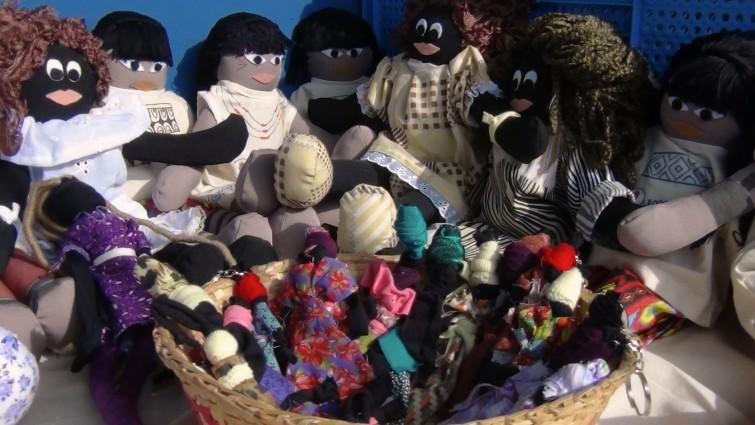 Professora confecciona bonecas negras e indígenas para combater racismo desde a infância