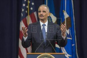 Holder, primeiro procurador-geral negro, se despede defendendo direitos civis