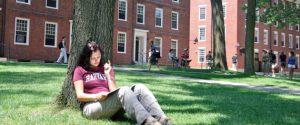 BNP9E2 Female Harvard student, Harvard University campus, Boston, MA, USA
