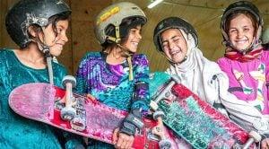 Proibidas de andar de bicicleta, meninas afegãs encontram liberdade no skate