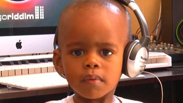 Arch Junior de três anos faz sucesso como DJ na África do Sul