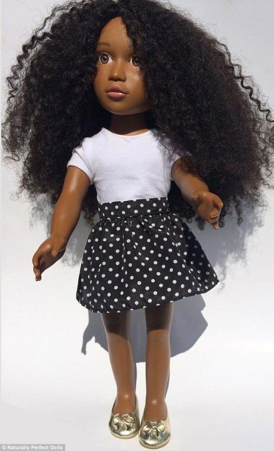 Mãe cria boneca com cabelo cacheado para melhorar autoestima da filha
