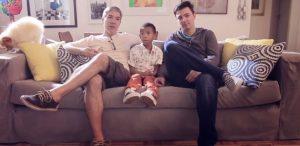 Casal gay que adotou Paulo Henrique, menino rejeitado por ser 'negro demais' estrela campanha do Dia das Mães