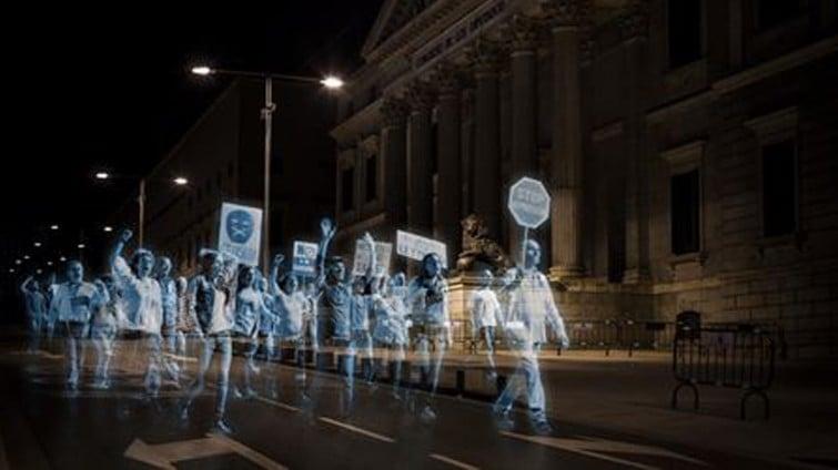 """Primeiro protesto com holograma na história é realizado contra """"Lei da Mordaça"""" na Espanha"""