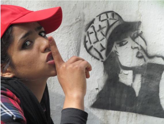 Depois de escapar de casamento forçado, refugiada afegã faz sucesso no rap