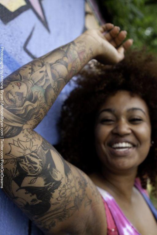 Uma das obras de uma especialista em tatuagens em pele negra, Imani K Brown