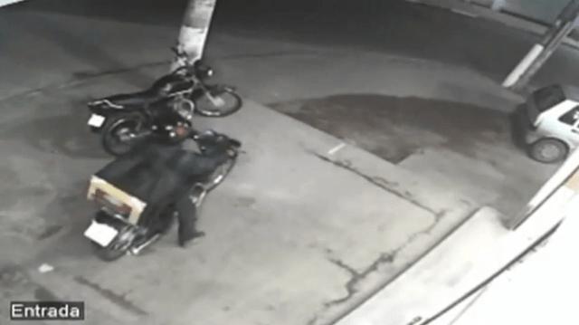 Momentos antes do atentado. Vítima pegava a moto para entregar uma pizza