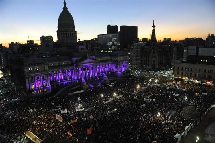 Milhares saem às ruas na Argentina para protestar contra feminicídio