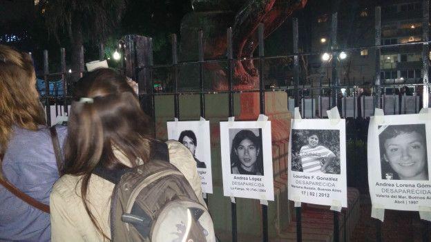 Mural montado durante manifestação mostra vítimas de violência