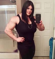 Campeão de fisiculturismo revela ser transgênero e se apresenta como mulher