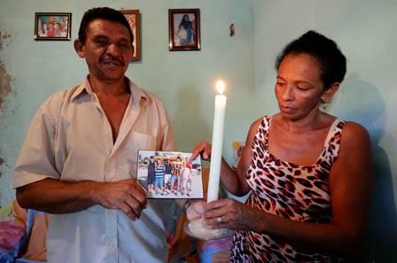 Pai e madrasta de Cleidenilson questionam morte Foto: Marcelo Theobald/Extra
