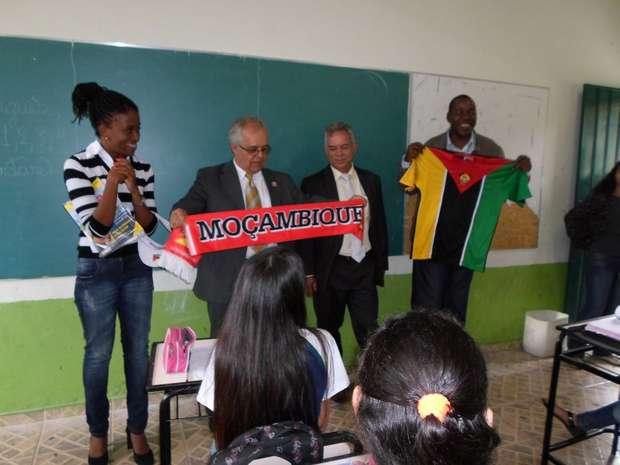 O cônsul de Moçambique foi até a escola em que Luana dá aulas após a professora organizar uma troca de cartas entre seus alunos e os alunos de uma escola do país africano - Foto:  Foto: Cartola - Agência de Conteúdo