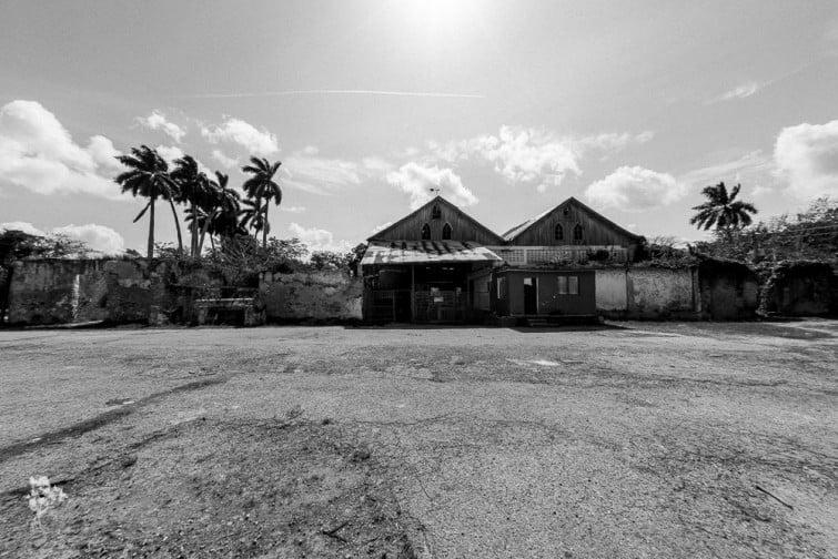 A-atual-fábrica-de-gelo-ao-centro-funciona-sobre-os-dois-telhados.-De-ambos-os-lados-fundações-e-paredes-remanescentes-da-antiga-casa-grande-do-Engenho-Los-Molinos-em-Matanzas.