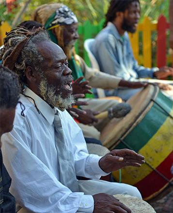 Para-os-Rastafari-não-cortar-os-dreads-é-um-tributo-a-Deus-pois-segundo-eles-o-crescimento-natural-dos-cabelos-é-um-preceito-bíblico
