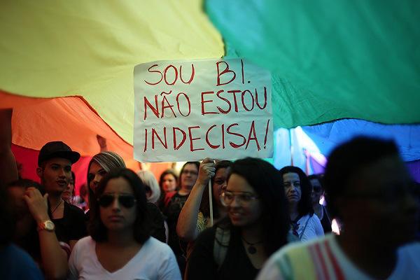 """SÃO PAULO, SP, 06.06.2015 - PARADA-GAY - XIII Caminhada de Mulheres Lésbicas e Bissexuais de São Paulo"""", com início do trajeto na praça do Ciclista, rua Augusta até chegar ao largo do Arouche, na região central de São Paulo (SP), neste sábado (6). (Foto: Bruno Poletti/Folhapress)"""
