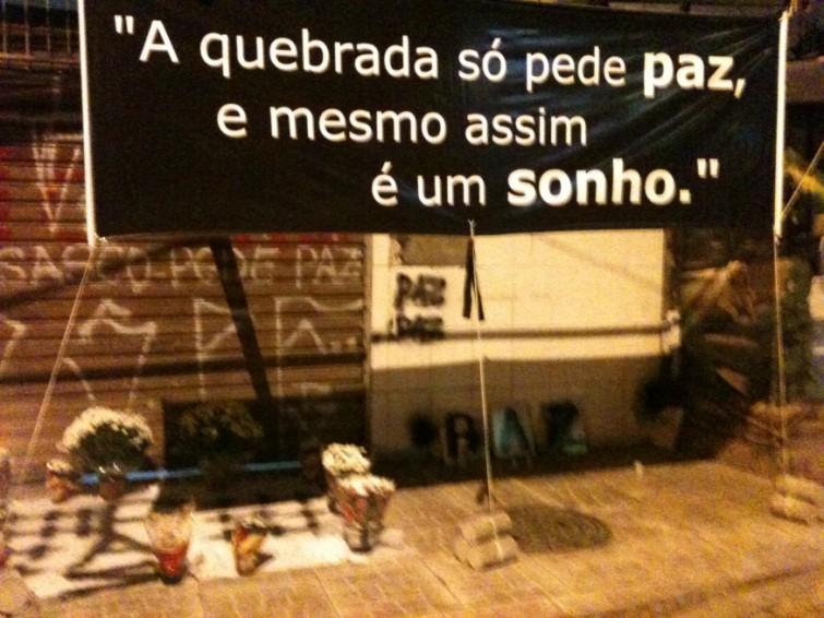 Flores, velas e mensagens diante do bar onde 8 foram mortos. Foto: Fausto Salvadori Filho