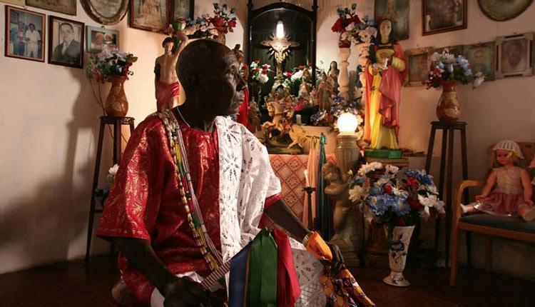 """Euclides como personagem da exposição """"Zeladores de Voduns e outras Entidades do Benin ao Maranhão"""" (Foto: Márcio Vasconcelos / Reprodução)"""