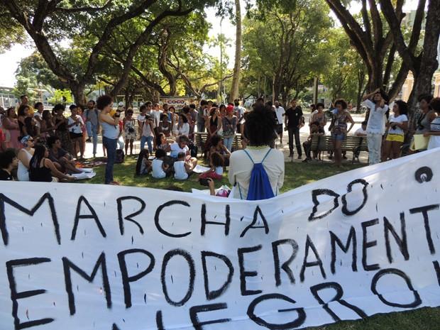 Encontrou segue em caminhada até o Marco Zero, no Bairro do Recife (Foto: Thays Estarque/ G1)