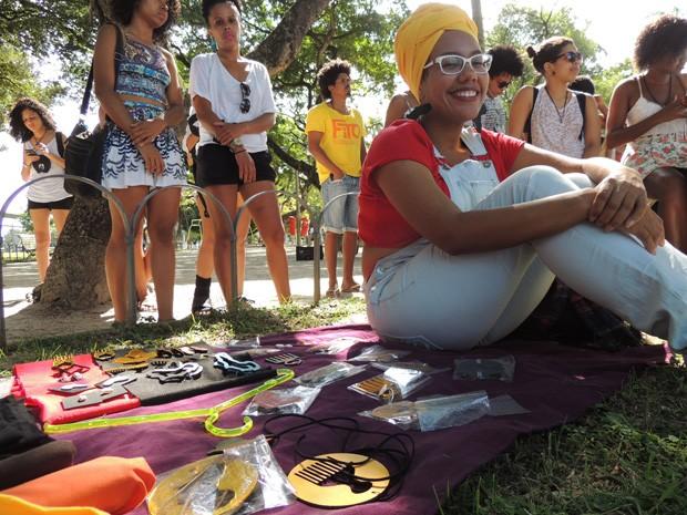 Rayza Oliveira vende produtos de beleza afro há oito meses nas redes sociais (Foto: Thays Estarque/ G1)