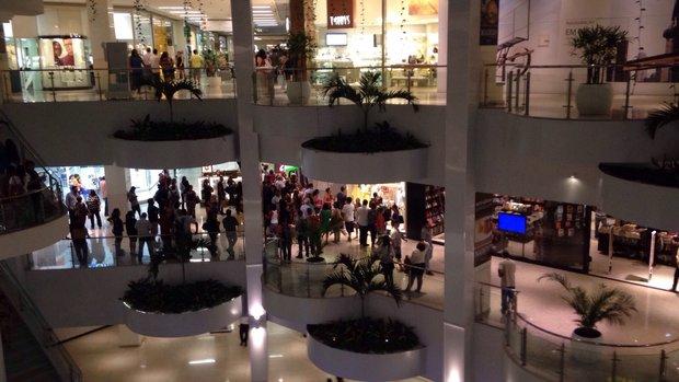 Multidão se aglomerou perto de loja (Foto do Leitor)