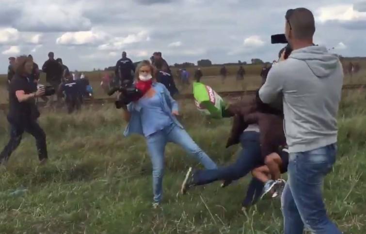 Cinegrafista húngara que agrediu imigrantes é demitida