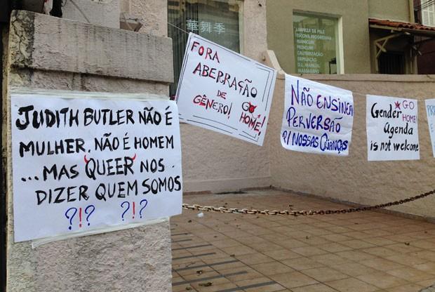 Grupo de manifestantes deixou em frente ao Sesc Vila Mariana cartazes ofensivos à filósofa da teoria queer Judith Butler (Foto: Ana Carolina Moreno/G1)