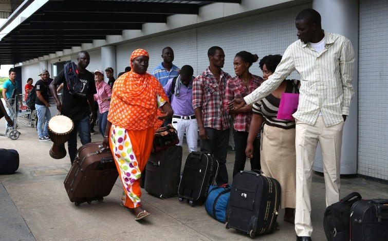 Imigrantes negros que chegam ao Brasil deparam-se com 'racismo à brasileira', diz sociólogo