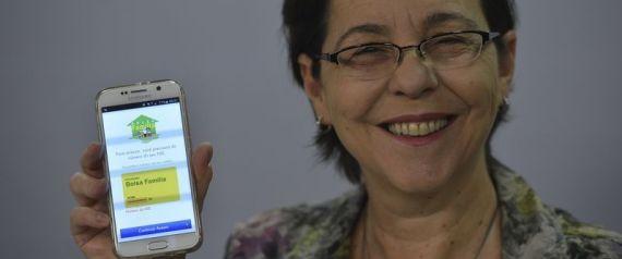 Brasília - A ministra do Desenvolvimento Social e Combate à Fome, Tereza Campello, fala sobre o novo aplicativo do programa Bolsa Família, durante o programa Bom Dia Ministro (José Cruz/Agência Brasil)
