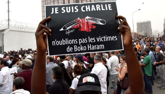 """Cartaz das manifestações em Paris: """"Eu sou Charlie. Não nos esqueçamos das vítimas de Boko Haram"""". / AFP"""
