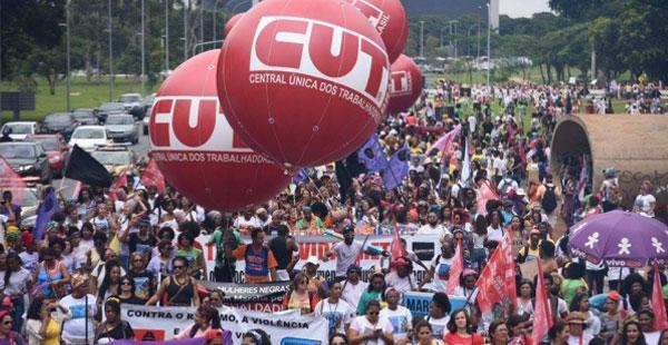 Em marcha histórica, mulheres negras atropelam racistas em Brasília