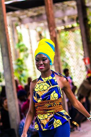 """As peças coloridas são feitas com tecidos trazidos de Mocambique e chamados de """"capulanas"""". (D Rodrigues Photography)"""