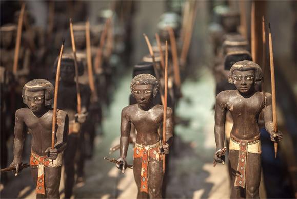 Estatuetas de madeira representando arqueiros núbios. (Foto: Reprodução)
