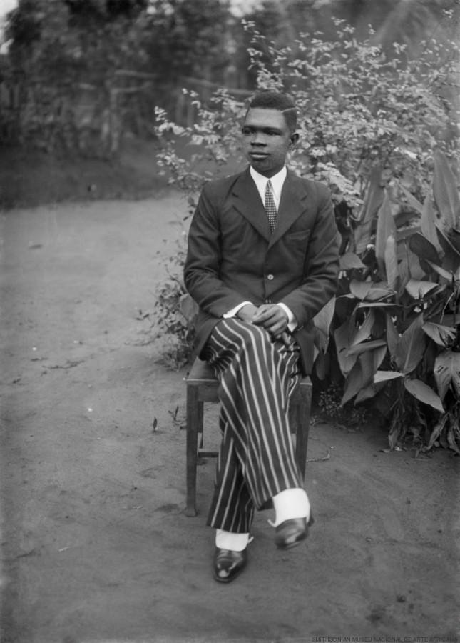 Alonge - autorretrato - sentado, c. 1942