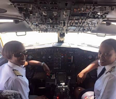 As duas primeiras mulheres do mundo a pilotarem sozinhas um Boeing 737 Foto: Reprodução / Facebook