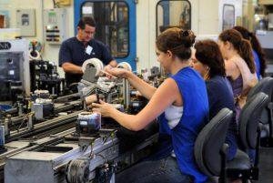 Jovens no Brasil trabalham mais e estudam menos, mostra relatório da OCDE