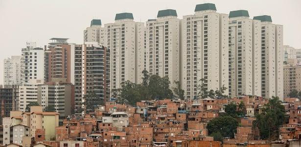 Favela do Paraisópolis com edificios luxuosos ao fundo no Morumbi, em São Paulo