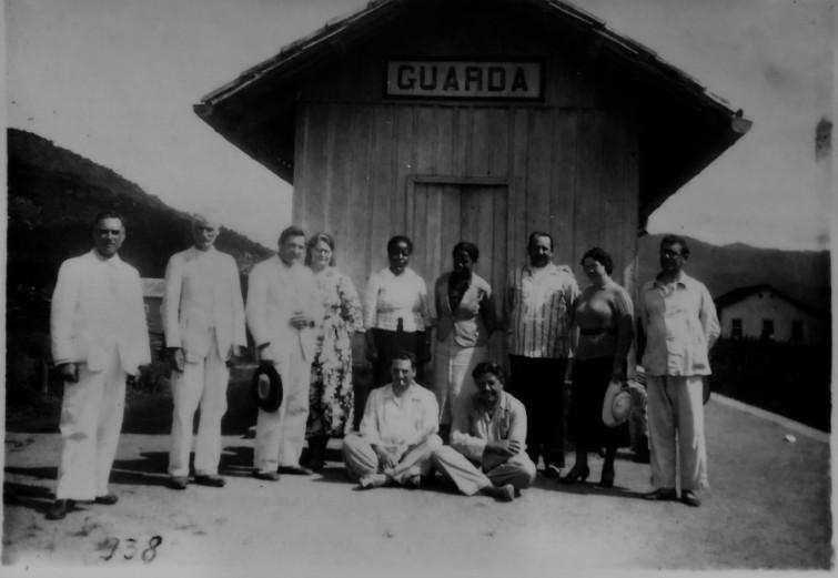 Antonieta posa junto a um grupo de colegas políticos e intelectuais de sua época | Foto: Reproduzida com autorização Magnólia Produções/Tratamento Yannet Briggiler