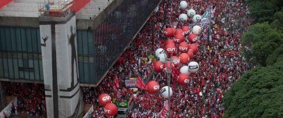 """SP - IMPEACHMENT/MANIFESTAÇÕES/PRÓ-DILMA - GERAL - Manifestantes de diversos movimentos sociais e centrais sindicais participam de ato em defesa do mandato da presidenta Dilma Rousseff e pela cassação do presidente da Câmara dos Deputados, Eduardo Cunha (PMDB-RJ), na Avenida Paulista, em São Paulo, na tarde desta quarta-feira (16). O protesto faz parte do """"Dia nacional de mobilização em defesa da democracia"""" e é organizado pelas centrais sindicais CUT, CTB, Intersindical, com apoio de movimentos como MST, MTST, UNE e Conem, além das Frentes Brasil Popular (FBP) e Povo sem Medo (FPsM). 16/12/2015 - Foto: DANIEL TEIXEIRA/ESTADÃO CONTEÚDO"""