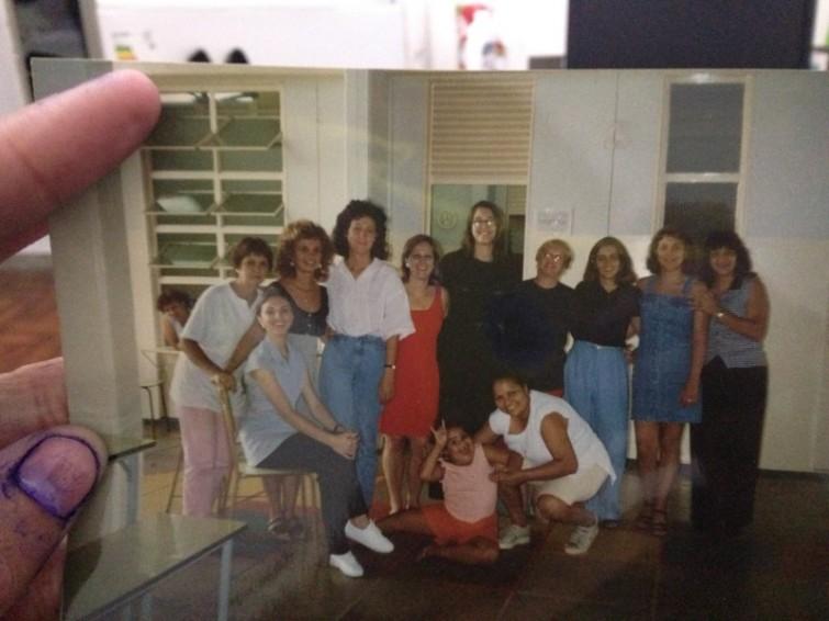 Pode ser 1996 ou 1997. Minha mãe trabalhava na limpeza de uma escola. Eu estudava lá e ficava a tarde toda esperando dar o horário de irmos embora. Essa é uma foto com as professoras e coordenadoras da escola.