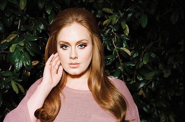 Na Disney, Adele aparece com o filho vestido de Princesa - Geledés