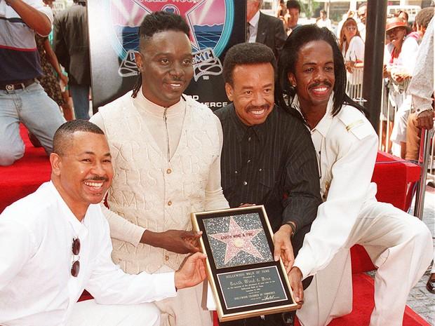 Maurice White (de preto) junto com músicos do Earth, Wind & Fire inauguram estrela da Calçada da Fama de Hollywood em nome da banda