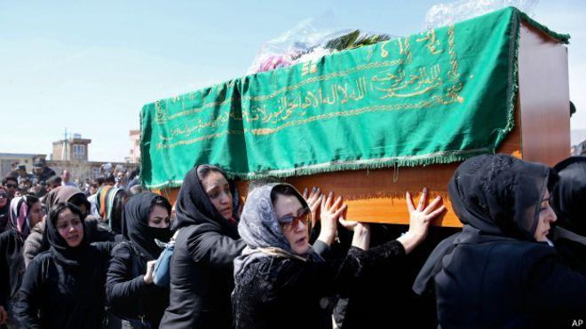 Ativistas afegãs rompem tradição e carregam caixão de mulher linchada
