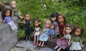 Artista remove maquiagem de bonecas contra a sexualização excessiva