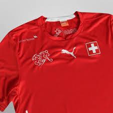 Menino com camiseta da Suíça é xingado e ameaçado em escola de SP